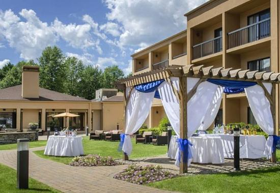 Courtyard by Marriott Andover: Meetings - Outdoor Social Setup