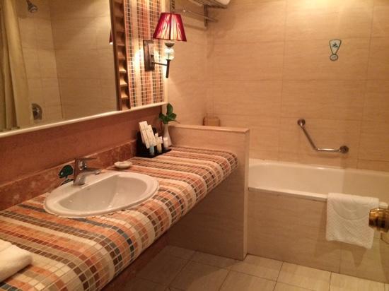 Green Land Hotel: bathroom