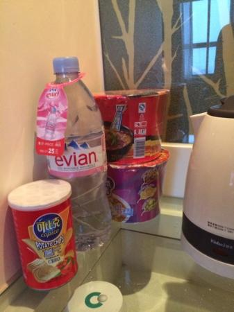 Green Land Hotel: tea/coffee station with snacks