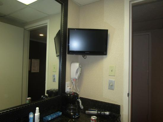Hotel Grand Conference Center fka Midtown : tv in bathroom
