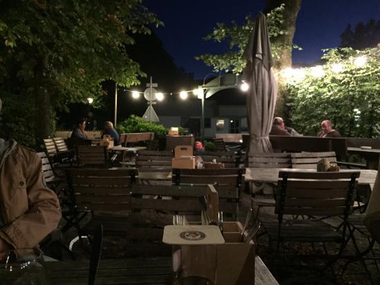 Dorfschänke Lenggries: Biergarten der Dorfschänke bei Nacht