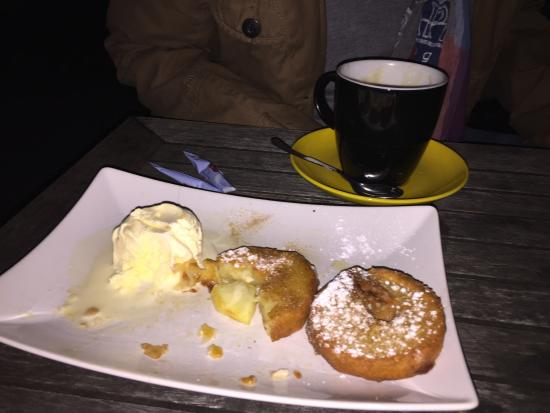 Dorfschänke Lenggries: Apfelküchlein mit Vanilleeis