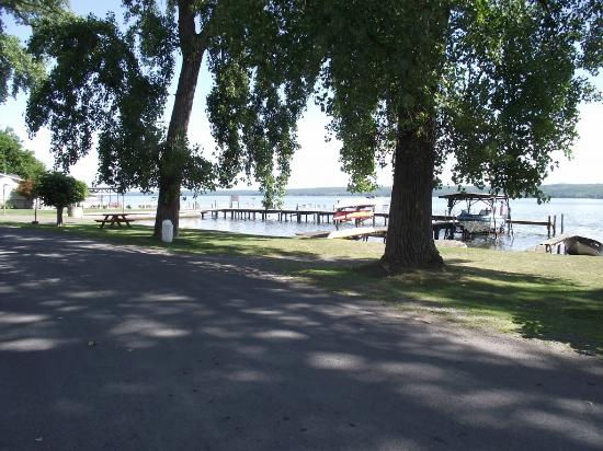 Himrod, Нью-Йорк: The dock is visited by many boaters during the day who stop for lunch.