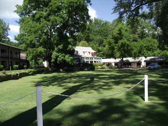 Himrod, NY: Anyone for badminton on the sprawling lawn??? Pool out back!