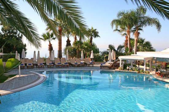 Mediterranean Beach Hotel: Lagoon Pool Bar