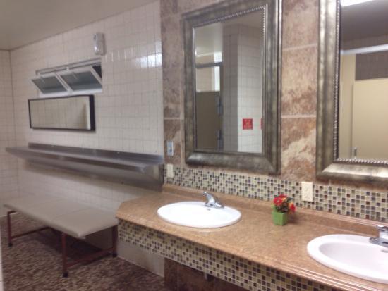 Mtn. View RV Park: Very nice bathroom/shower