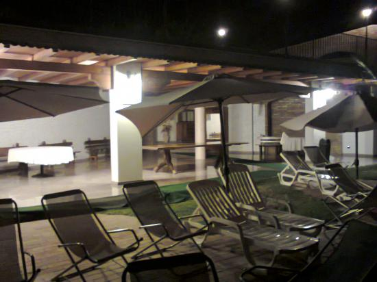 Nicotera, Italia: Agriturismo Cally Cally, bordo piscina, di sera (Foto da cellulare, 18.8.15)