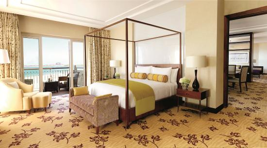 โรงแรมเดอะริทซ์คารตันดูไบ: Our Royal Suite Bedroom offers a separate Sleeping Room and views of the beach