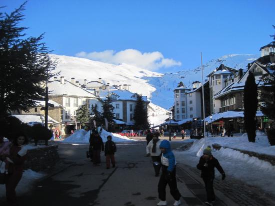 Snowpeople: Essa é a praça de Pradollano, o local está na esquina da direita