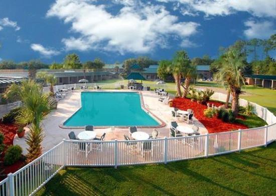 Kinderlou Inn: Pool