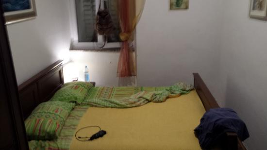 Old Town Paradise Apartments&Rooms: Letto matrimoniale in camera angusta