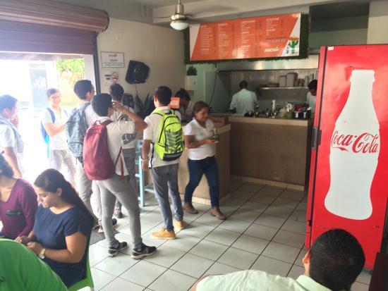 Tacos el Machin: Muy ricos, agradable lugar para disfrutar variedad de tacos hay un letrero de aceptamos tarjetas