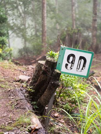 Shokon no Hi Monument: 尾根一帯には、地点表示の看板が。