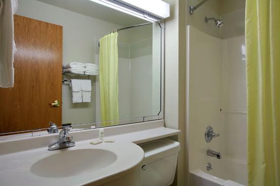 Microtel Inn & Suites by Wyndham Sainte Genevieve: Guest Bathroom