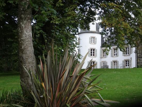 Chateau de Lannuguy : Caché dans son écrin de verdure...