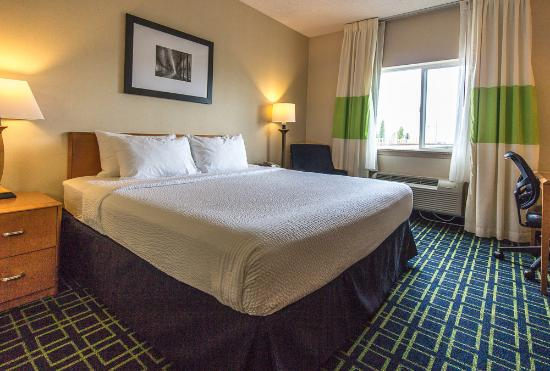 Fairfield Inn Seattle Sea-Tac Airport: Big room with King bed