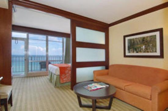 Newport Beachside Hotel and Resort: Guestroom_Living Area