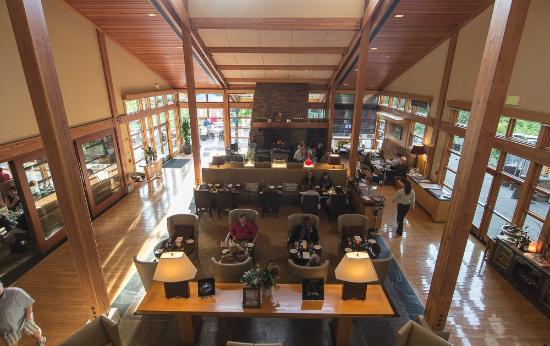 Copperleaf Restaurant at Cedarbrook Lodge: The view from the stairs