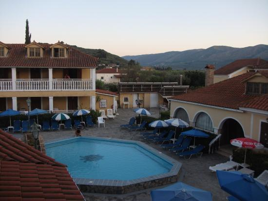 Elpida Hotel: Pool in the evening