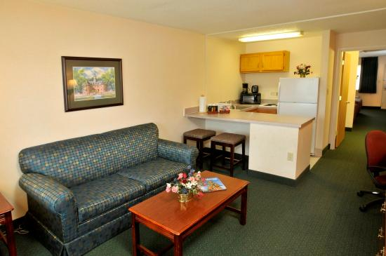 Point Plaza Suites & Conference Center: Point Plaza Suites Hotel South Wing Suite