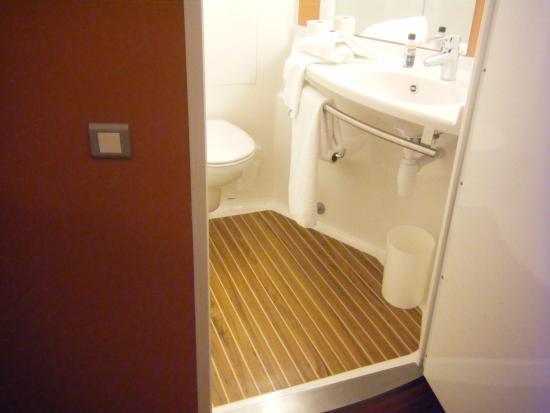 Ibis Albert : bijou bathroom!
