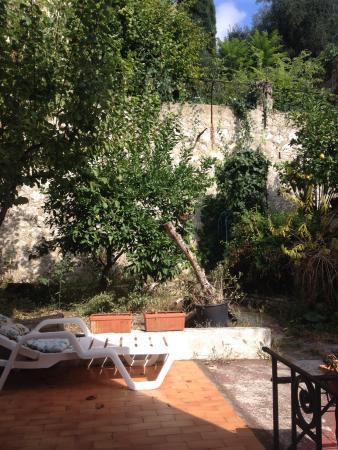 Villa Saphir : шезлонг в саду