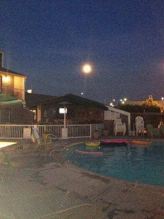 Inn At The River: Evening by the pool
