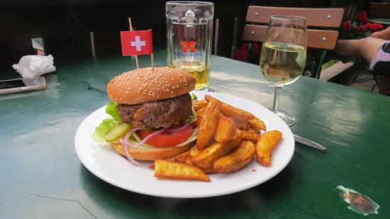 Pension Gimmelwald: Giant hamburger!