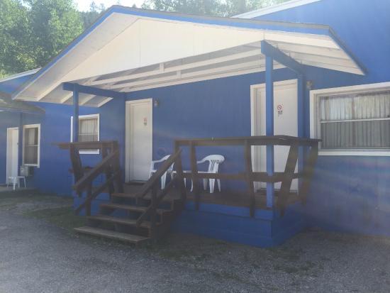 Brookside Motel : Front Deck on Single Rooms