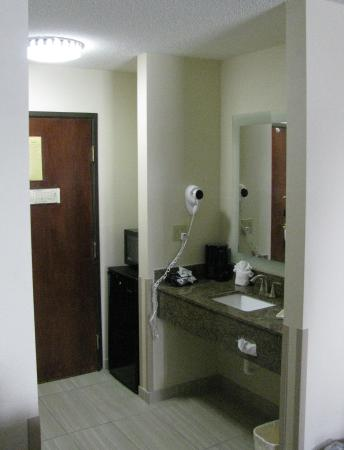 BEST WESTERN St. Louis Inn: My wife didn't like the placement of the sink. They is no sink in the bathroom, so you have to c