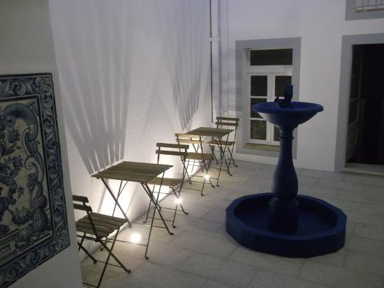 Old Evora Hostel: O pátio à noite