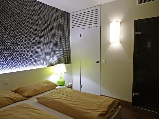 Schlafzimmer Mit Begehbarem Schrank Bild Von Harrys Home Hotel - Schlafzimmer mit begehbarem kleiderschrank