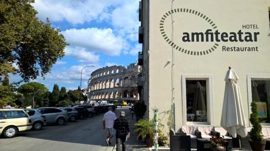 Amfiteatar Hotel: From outside, right next to famous Arena