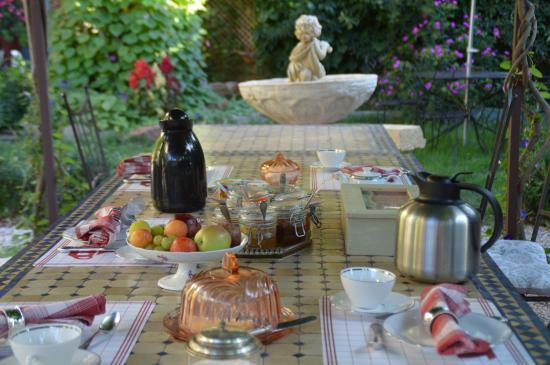 Le Chai de Marguerite: Petit déjeuner au jardin