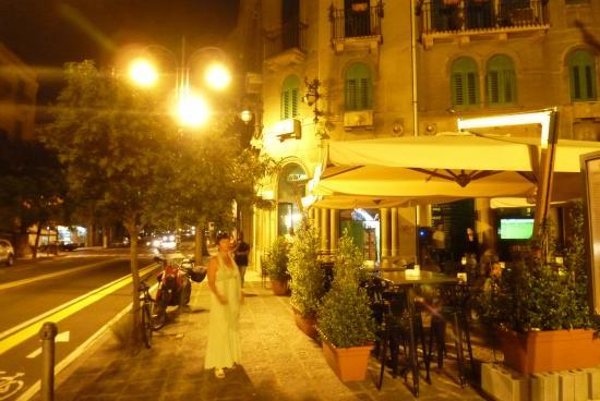 B&B Lepanto: ночной вид отеля( зел.жалюзи .второй этаж)