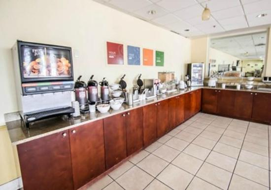Quality Inn & Suites Winter Park Village Area: Breakfast