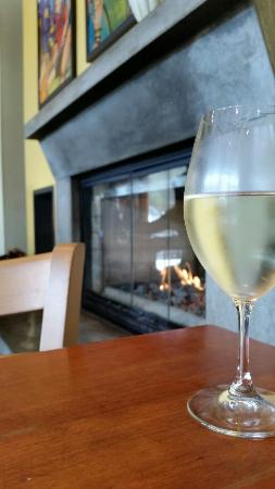 Ponzi Wine Bar: Chardonnay and fireplace.