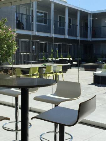 Menlo Park, CA: Hotel Lucent - Breakfast Lounge & Courtyard