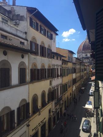 Wow Florence Hostel: vista do quarto para os fundos da igreja