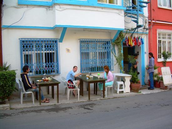 Mavi Guesthouse: Desayunando frente al hostel