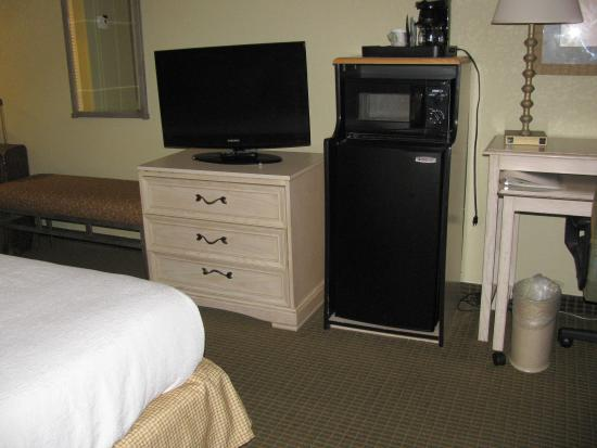 Holiday Inn Orlando International Airport: Coffee, microwave, and fridge.