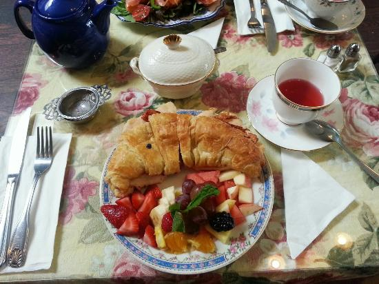 Kathleen's Tea Room: Grilled chicken with cranberry mayo and fruit salad