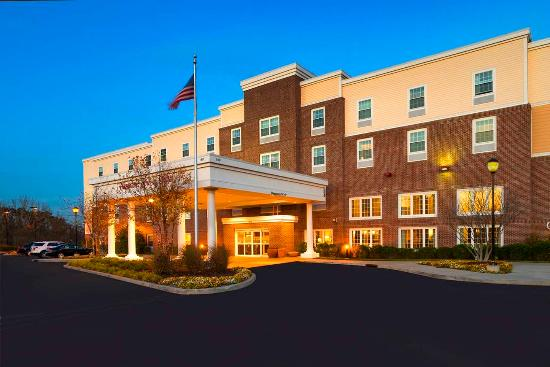 Hampton Inn & Suites Yonkers: Exterior Night