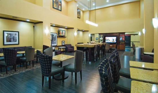 Hampton Inn and Suites Pine Bluff: Lobby