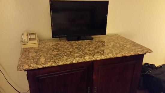 Kansas Country Inn: Nice fixtures and TV
