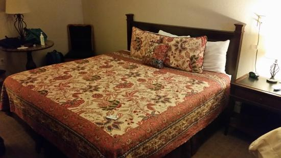 Kansas Country Inn: Lovely bedspread, Comfortable bed