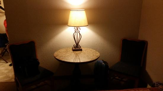 Kansas Country Inn: Nice table and lamp