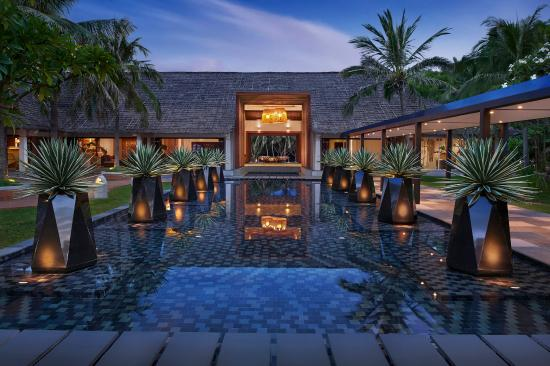 AVANI Quy Nhon Resort & Spa: Exterior Lobby And Water Features At Dusk