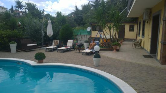 Bed & Breakfast Etnahouse: la zona piscina