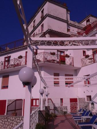 Hotel Dania: Une terrasse ombragée surplombe la piscine